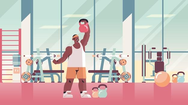 Kettlebell 운동 피트니스 훈련 건강한 라이프 스타일 개념 현대 체육관 스튜디오 인테리어와 운동을하는 스포츠맨
