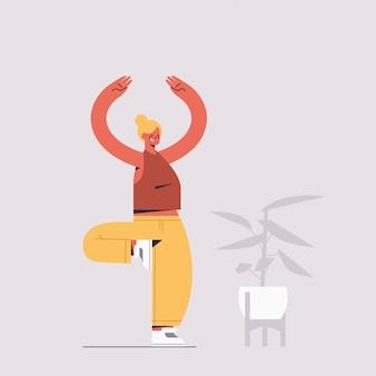 나무에 서있는 운동가 연습 요가 소녀 포즈 체력 훈련 건강 한 라이프 스타일 스포츠 개념 전체 길이 그림