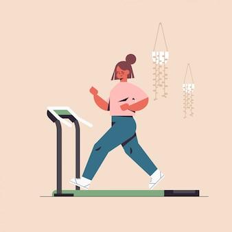 Спортсменка работает на беговой дорожке девушка тренировки разминка кардио фитнес здоровый образ жизни дом спорт полная длина иллюстрации