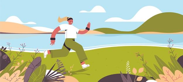 Спортсменка работает на открытом воздухе девушка проводит время без гаджетов концепция здорового образа жизни цифровой детокс