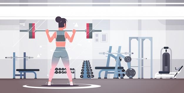 바벨 여자와 스쿼트를 하 고 운동하는 스포티 한 여자
