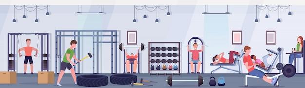 체육관 운동 건강 한 라이프 스타일 개념 현대 헬스 클럽 스튜디오 인테리어 가로 배너에 훈련 장치에 협력 운동 남성 여성 운동을하는 스포티 한 사람들