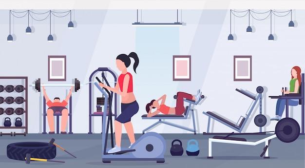 체육관 운동 건강 한 라이프 스타일 개념 현대 헬스 클럽 스튜디오 인테리어 가로 훈련 장치에 협력 운동 남성 여성 운동을하는 스포티 한 사람들