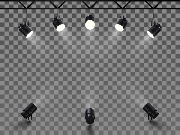 밝은 흰색 조명이 빛나는 무대 스포트라이트. 조명 효과가있는 컬렉션 프로젝터. 투명 배경에 스튜디오를위한 프로젝터의 집합입니다.