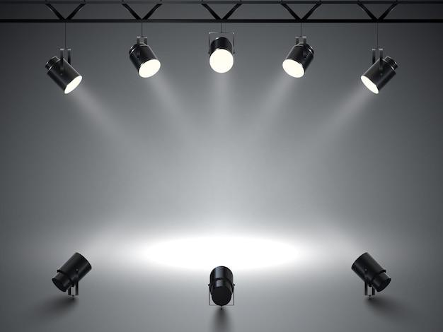 Точечные светильники с ярким белым светом светят сцене.