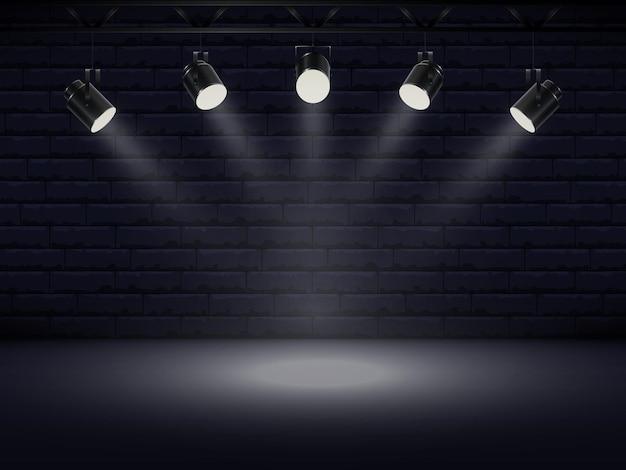 明るい白色光がステージを照らすスポットライト