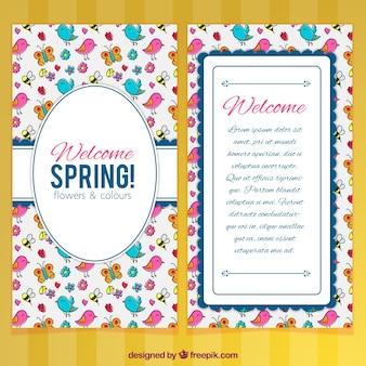 Biglietto di auguri di primavera con gli uccelli e gli insetti disegnati a mano