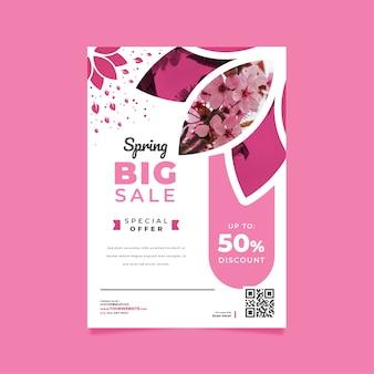 Весенняя распродажа флаер шаблон с цветущими цветами