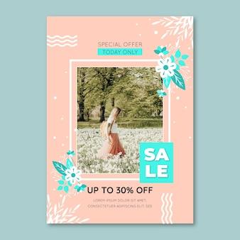 Весенняя распродажа флаер шаблон с женщиной и цветами