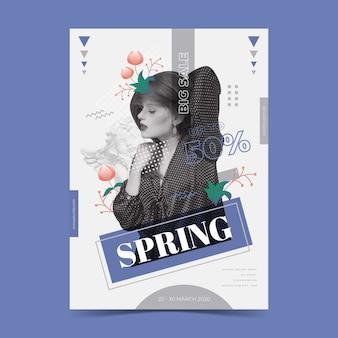 Modello del manifesto di vendita della primavera su fondo blu