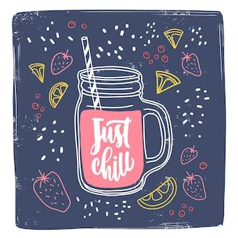 Квадратный шаблон карты с написанной от руки фразой just chill и напитком в банке с соломинкой в окружении вкусных ягод и кусочков фруктов