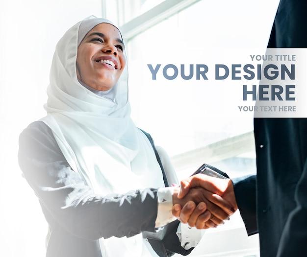 Modello di design quadrato con persone che si stringono la mano