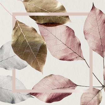 Квадратная розовая рамка на металлическом фоне листьев