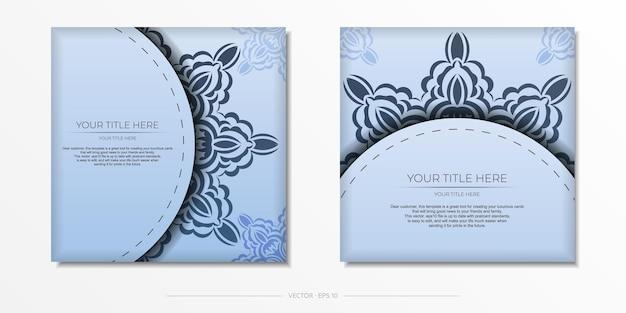 고급스러운 검은색 장식품이 있는 파란색의 정사각형 벡터 엽서. 빈티지 패턴으로 초대 카드 디자인입니다.