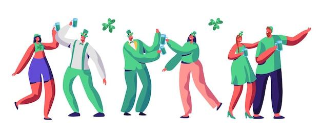성 패트릭의 날 축하 캐릭터 음료 맥주. 녹색 모자를 쓴 행복한 사람들 커플은 아일랜드 퍼레이드에서 즐거운 시간을 보냅니다. 전통적인 카니발 여자 세트 격리 된 평면 만화 벡터 일러스트 레이 션