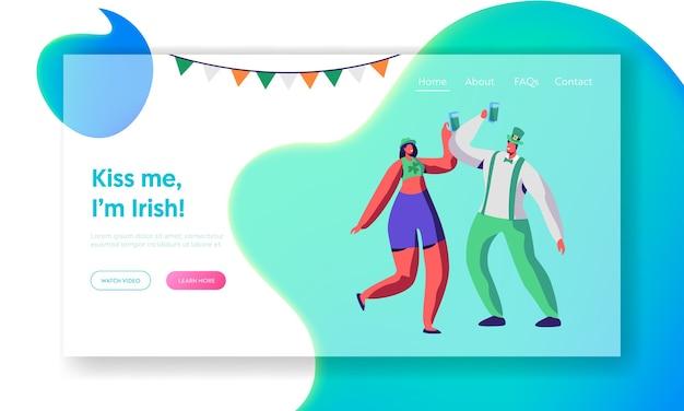 세인트 패트릭 데이 젊은 아일랜드 커플 댄스 랜딩 페이지. 행복한 사람들은 휴일 개최 맥주 머그잔을 축하합니다. 즐거운 reveler 착용 녹색 옷 웹 사이트 또는 웹 페이지. 플랫 만화 벡터 일러스트 레이션