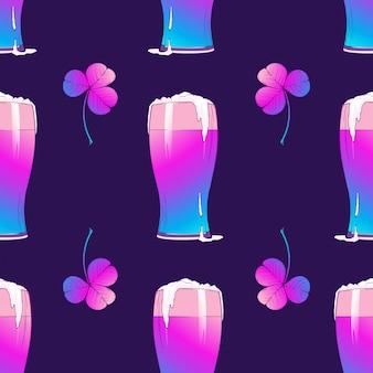 Паттерн с изображением дня святого патрика пиво и клевер на темно-фиолетовом