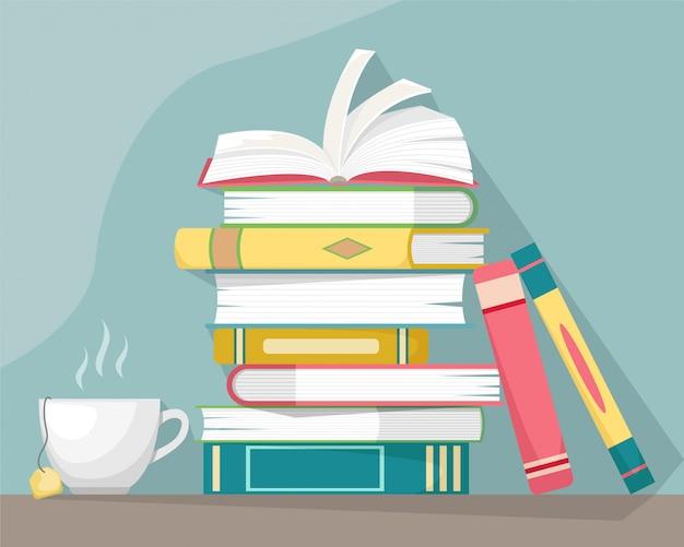 뜨거운 차 한잔과 함께 서의 스택. 지식, 학습 및 교육 컨셉 디자인.