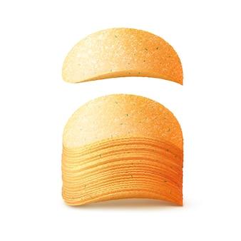 Стек картофельных хрустящих чипсов крупным планом на белом фоне