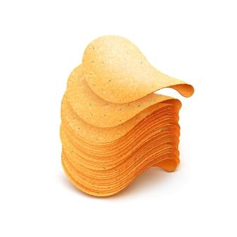 Стек картофельных чипсов крупным планом, изолированные на белом фоне