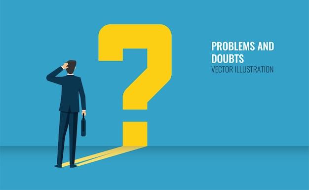 立っているビジネスマンと彼の疑問符のシンボル、思考と疑念