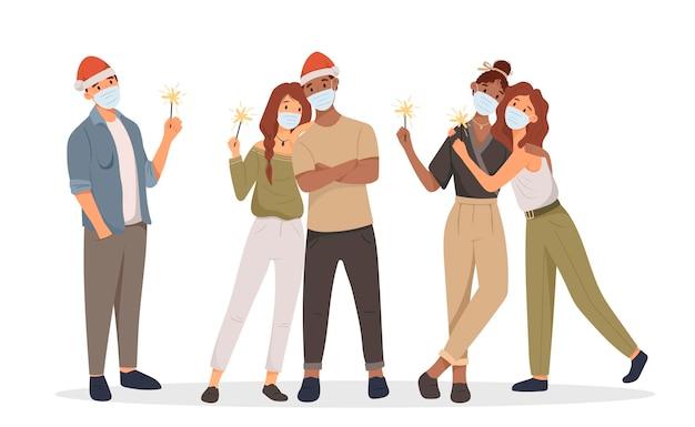 Стоящие друзья празднуют рождество или новый год в масках для лица в шляпе санта-клауса