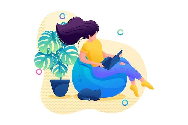 집에 있으면 어린 소녀가 집에 앉아 노트북으로 영화를 보고 있습니다. 플랫 2d 캐릭터. 웹 디자인에 대한 개념입니다.