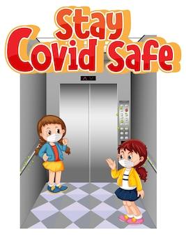 Stay covid safe font in stile cartone animato con due bambini che mantengono la distanza sociale nell'ascensore isolato su sfondo bianco