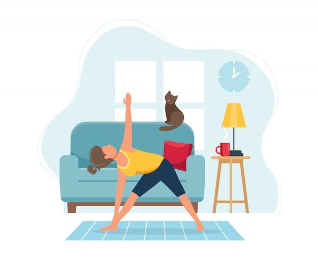 Оставайтесь дома концепции. женщина, занимаясь йогой в уютном современном интерьере.