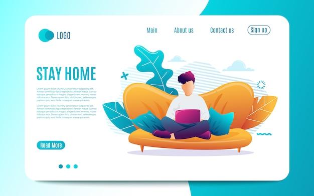 家にいる。若い男はラップトップで自宅のソファーに座っています。コンピューターでの作業。フリーランス、オンライン教育またはソーシャルメディアの概念。