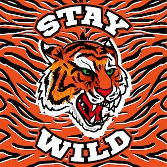 怒った頭のワイルドタイガーに「stay wild」というフレーズを使った刺繍プリント。背景のトラの肌に。
