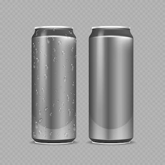 Стальные банки. алюминиевые бутылки для пива, лимонада, газировки или энергетического напитка. металлический пакет с каплями воды реалистичный макет. стальная бутылка пива или газировки, вода в алюминиевой серебряной банке