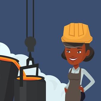 Сталевар в каске за работой в литейном производстве.