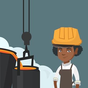 파운드리에서 직장에서 안전모에있는 강철 노동자.