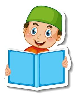Шаблон стикера с изолированной книгой чтения мусульманского мальчика