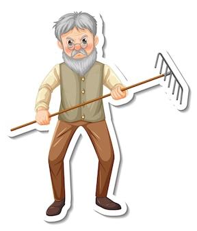 Il modello dell'autoadesivo con un vecchio giardiniere tiene lo strumento di giardinaggio del rastrello isolato