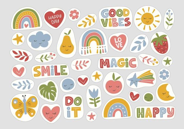 스티커 평면 세트. 유행 손으로 그린 무지개, 영감 따옴표, 식물, 태양, 과일.
