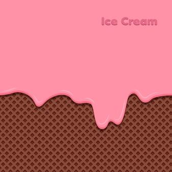 Клубничный крем растопился на вафле. сладкое мороженое.