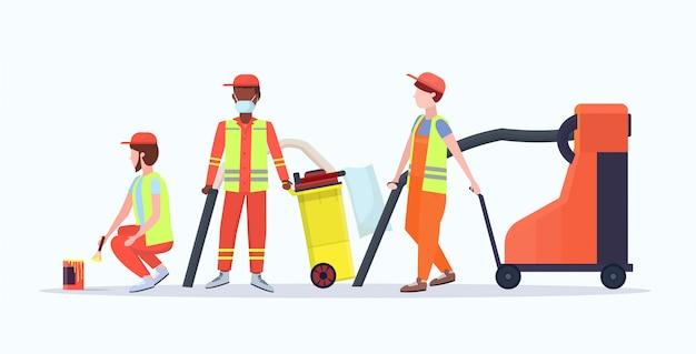 Уличные уборщики в форме с использованием различного оборудования смешать расы мужчин рабочих команда вместе стояла уборка концепция плоский полная длина белый фон горизонтальный