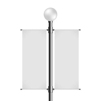 Уличный фонарный столб с пустым пустым двойным знаменем.
