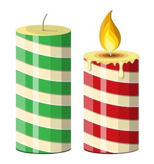 縞模様のクリスマスキャンドル。燃える炎が付いている円形の円柱キャンドル。新年あけましておめでとうございます装飾。メリークリスマスの休日。新年とクリスマスのお祝い。