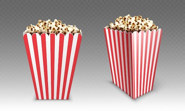 팝콘 흰색 배경에 고립 된 줄무늬 종이 상자. 영화 또는 영화관 전면 및 각도보기를위한 팝 옥수수와 흰색과 빨간색 양동이의 현실적인 조롱
