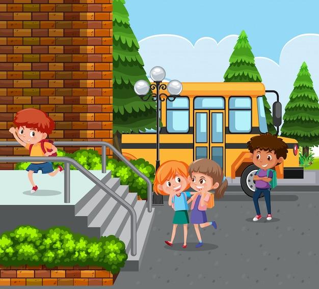 学生は学校バスで学校に来る