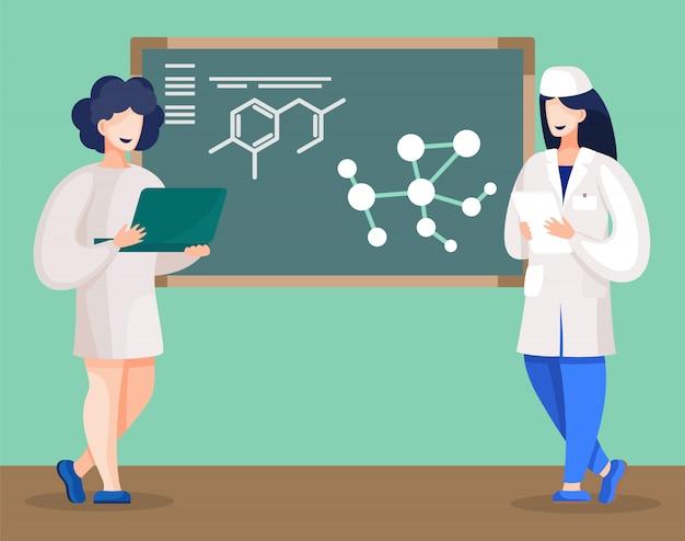 最終的なプロジェクトのアイデアを説明する黒板のそばに立っている医学部の学生