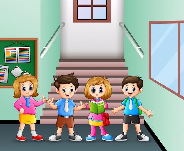 Студент стоит в школьном коридоре Premium векторы