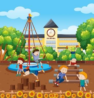学校の校庭で学生が遊ぶ