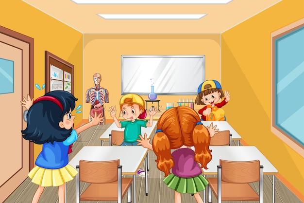 Студенты играют вместе во время перерыва в классе