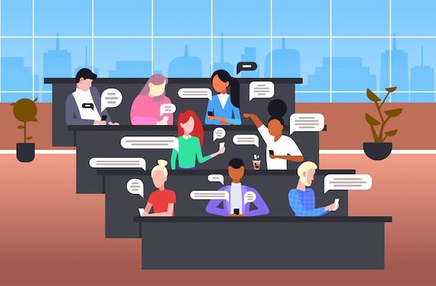 スマートフォンモバイルチャットアプリソーシャルネットワークチャットバブル通信概念を使用している学生