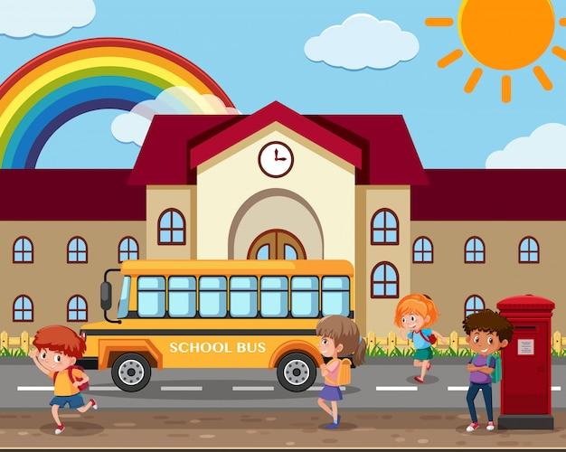 スクールバスを待っている学生