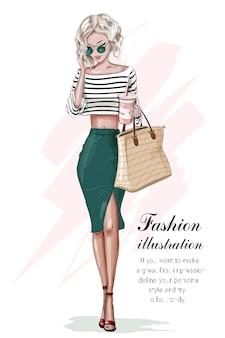 Стильная красивая блондинка в модной одежде